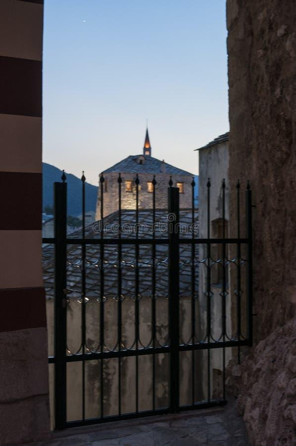 Mostar, Skyline, Fluss, Neretva, Moschee, Minarett, Bosnien und Herzegowina, Europa, Islam, Religion, Ort der Verehrung lizenzfreies stockbild