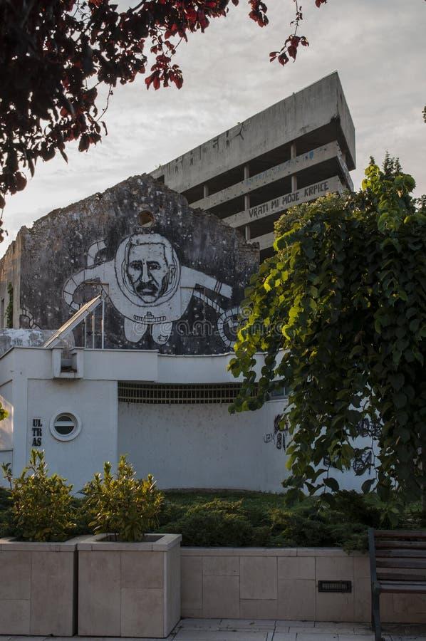 Mostar, Staklena Banka, banco de cristal viejo, pintada, mural, Bosnia y Herzegovina, Europa, arte de la calle, horizonte, guerra foto de archivo libre de regalías