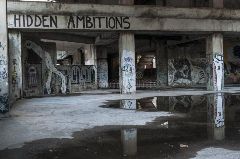 Mostar, Staklena Banka, banco de cristal viejo, pintada, mural, Bosnia y Herzegovina, Europa, arte de la calle, horizonte, guerra fotos de archivo libres de regalías