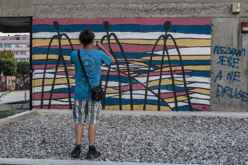 Mostar, Staklena Banka, banco de cristal viejo, pintada, mural, Bosnia y Herzegovina, Europa, arte de la calle, horizonte, guerra imagen de archivo