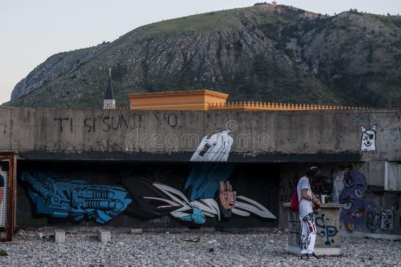 Mostar, Staklena Banka, banco de cristal viejo, pintada, mural, Bosnia y Herzegovina, Europa, arte de la calle, horizonte, guerra foto de archivo