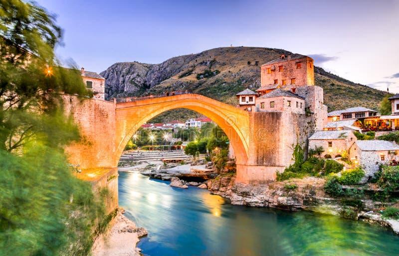 Mostar, Stari la mayoría del puente en Bosnia y Herzegovina imagenes de archivo
