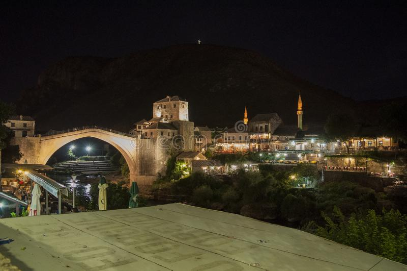 Mostar, Stari mais, ponte, Bósnia e Herzegovina velhas, Europa, cidade velha, telhados, arquitetura, andando, skyline, torre fotos de stock royalty free