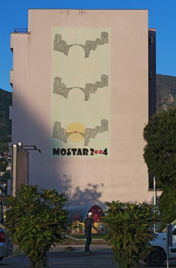 Mostar, Stari mais, ponte, cartaz, grafittis, pintura mural, Bósnia e Herzegovina velhos, Europa, arte da rua, skyline, guerra bo foto de stock