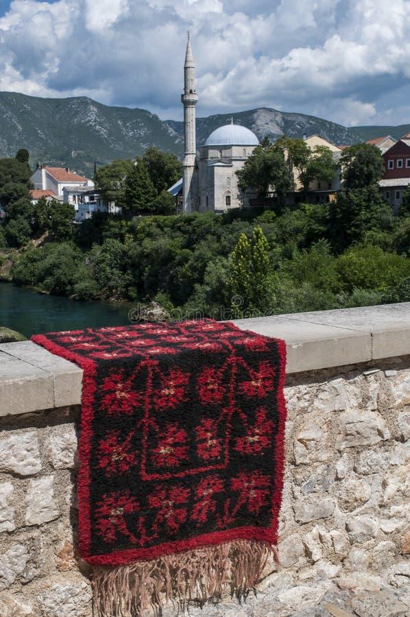 Mostar, Teppich, Skyline, Koski Mehmed Pasha Mosque, Minarett, Bosnien und Herzegowina, Europa, Islam, Religion, Ort der Verehrun lizenzfreies stockfoto