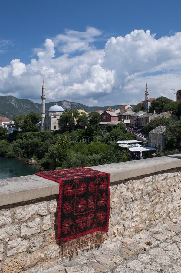 Mostar, Teppich, Skyline, Koski Mehmed Pasha Mosque, Minarett, Bosnien und Herzegowina, Europa, Islam, Religion, Ort der Verehrun lizenzfreie stockfotos