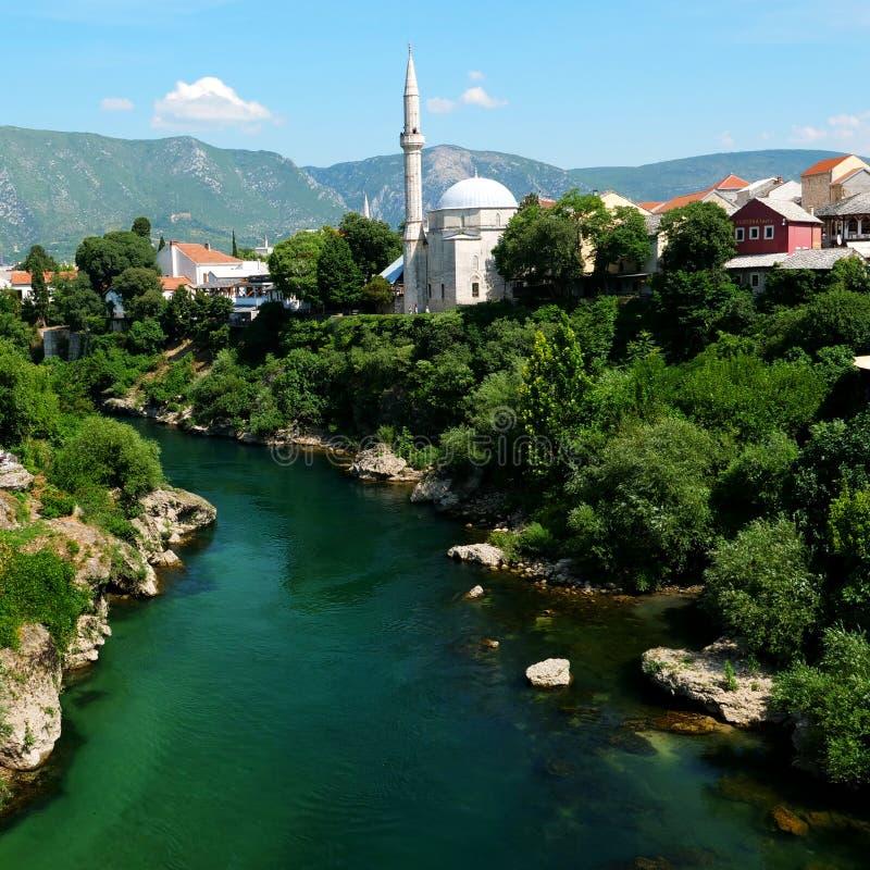Mostarlandschap, met moskee en rivier stock afbeelding