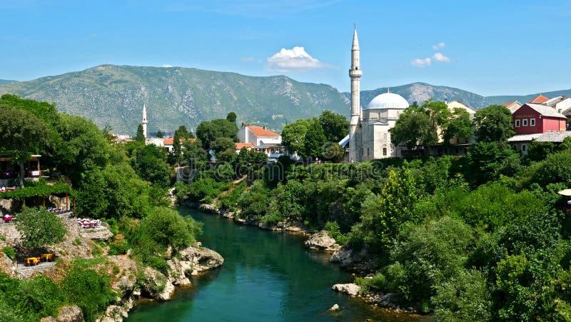 Mostarlandschap, met moskee en rivier royalty-vrije stock foto