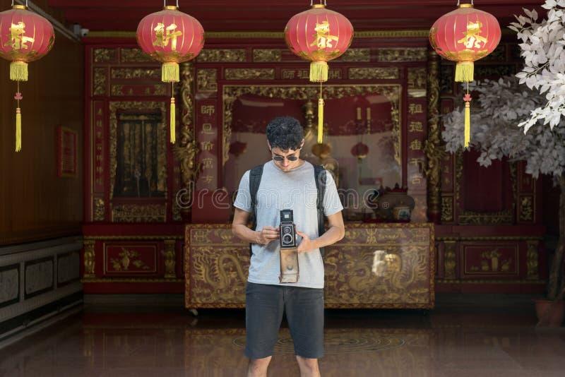 Mostownicy wycieczki wakacje kamery fotografii pamięci pary pojęcie obraz royalty free