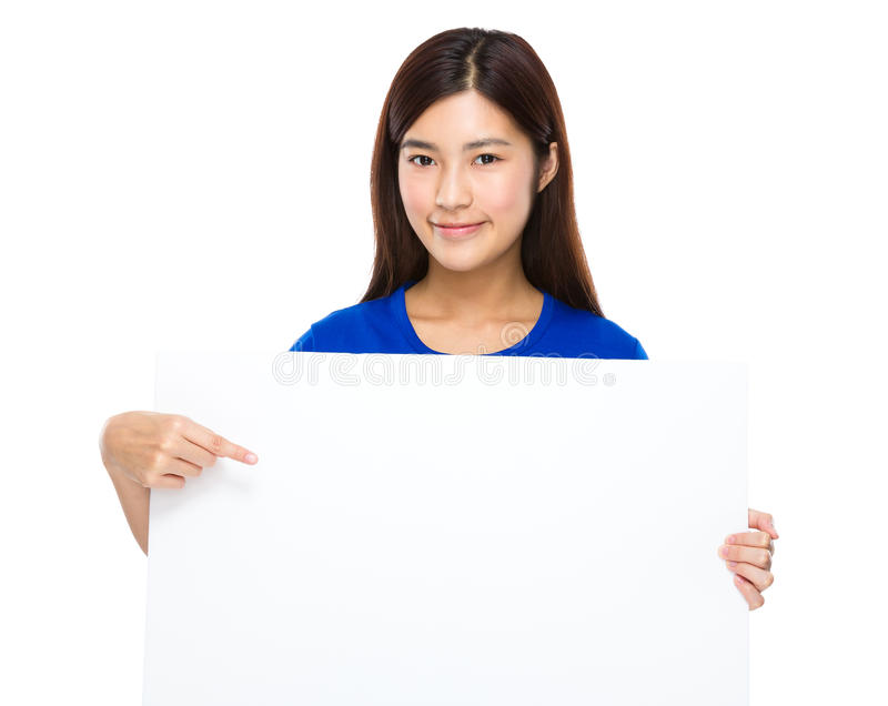 Mostra asiática da mulher com o quadro de avisos fotografia de stock royalty free