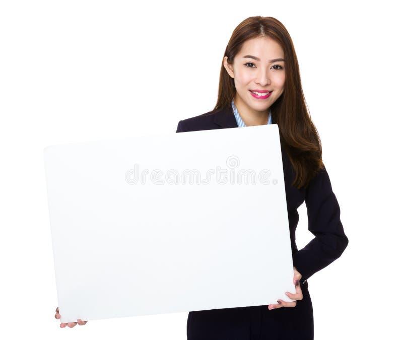 Mostra asiática da mulher de negócios com a bandeira branca vazia imagem de stock royalty free
