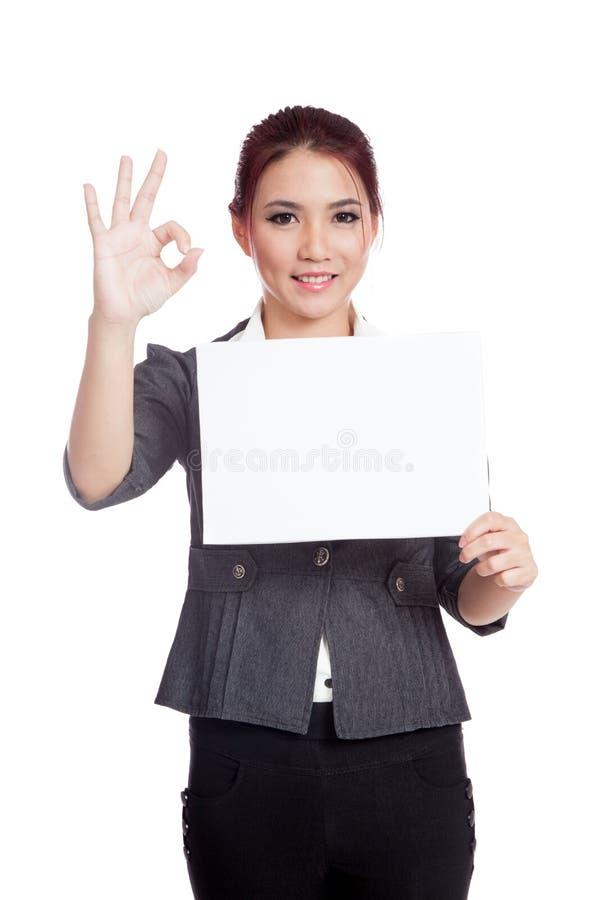 Mostra asiática da mulher de negócios um sinal vazio e sinal APROVADO fotografia de stock