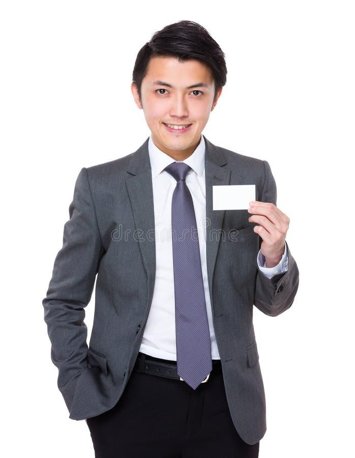 Mostra asiática do homem de negócios com cartão de nome fotografia de stock royalty free