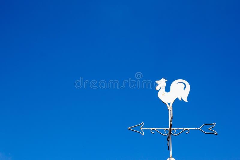 Mostra branca da aleta de tempo do galo a direção do vento fotos de stock