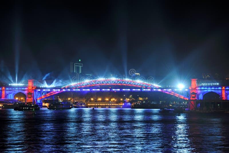 Mostra clara na ponte pedestre de Pushkinsky - círculo da luz imagens de stock