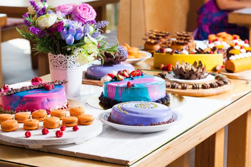 Mostra com sobremesa moderna - bolos e doces foto de stock
