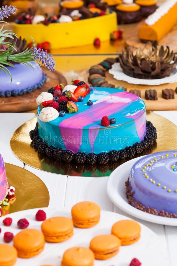 Mostra com sobremesa moderna - bolos e doces foto de stock royalty free