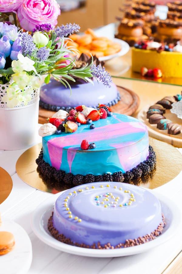Mostra com sobremesa moderna - bolos e doces fotos de stock royalty free