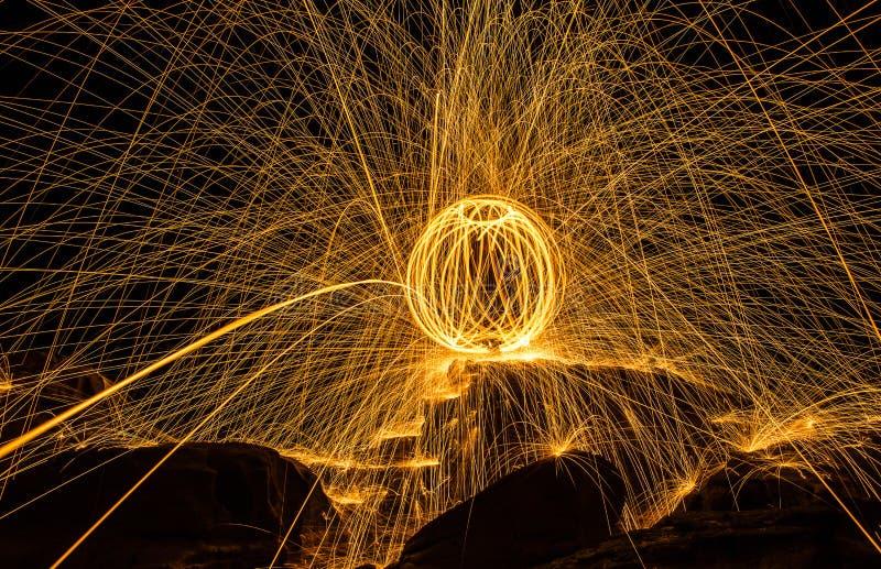 Mostra da bola de fogo que surpreende na noite imagens de stock