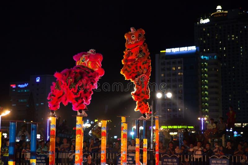 Mostra da dança de leão para comemorar o ano novo lunar, Vietname imagens de stock royalty free