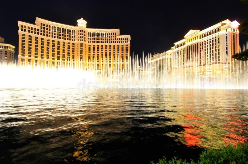 Mostra da fonte no hotel e no casino de Bellagio na noite, Las Vegas, imagem de stock