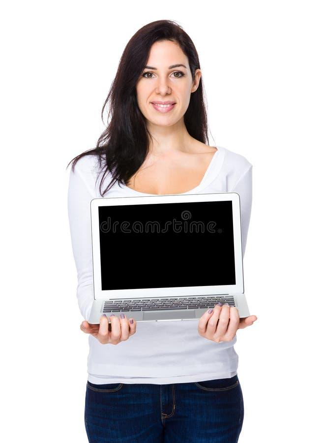 Mostra da jovem mulher com a tela do balnk do caderno imagens de stock royalty free
