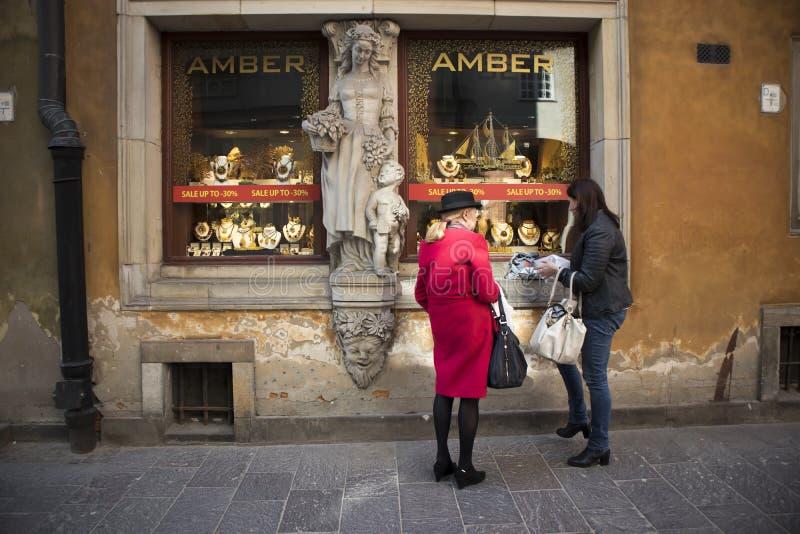 A mostra da loja que vende o âmbar é decorada com uma estátua de uma mulher com uma criança fotografia de stock