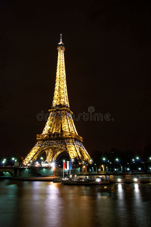 Mostra da luz da noite da torre Eiffel em Paris imagens de stock royalty free