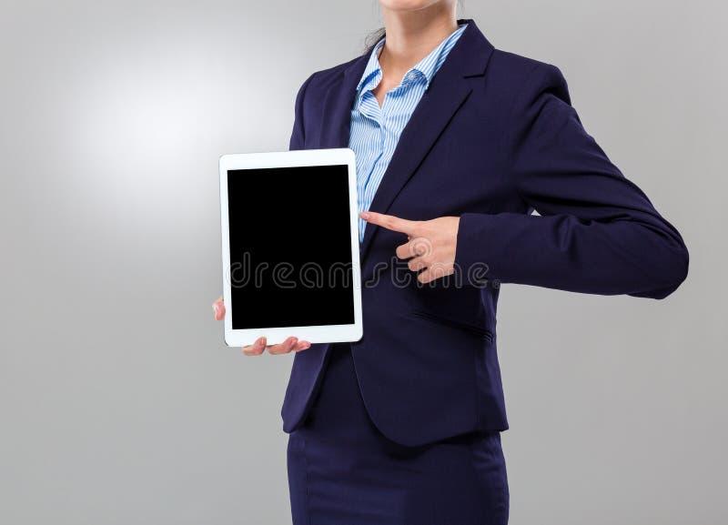 Mostra da mulher de negócios com a tela vazia da tabuleta digital fotografia de stock