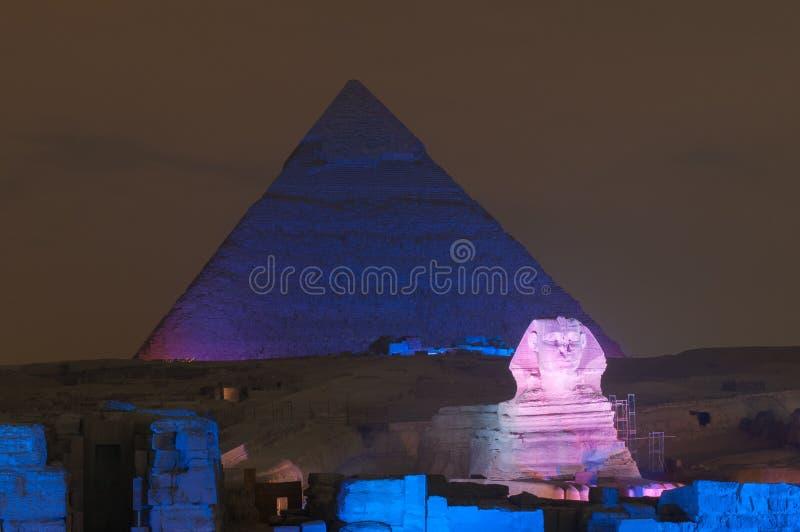 Mostra da pirâmide de Giza e da luz da esfinge na noite - o Cairo, Egito fotos de stock