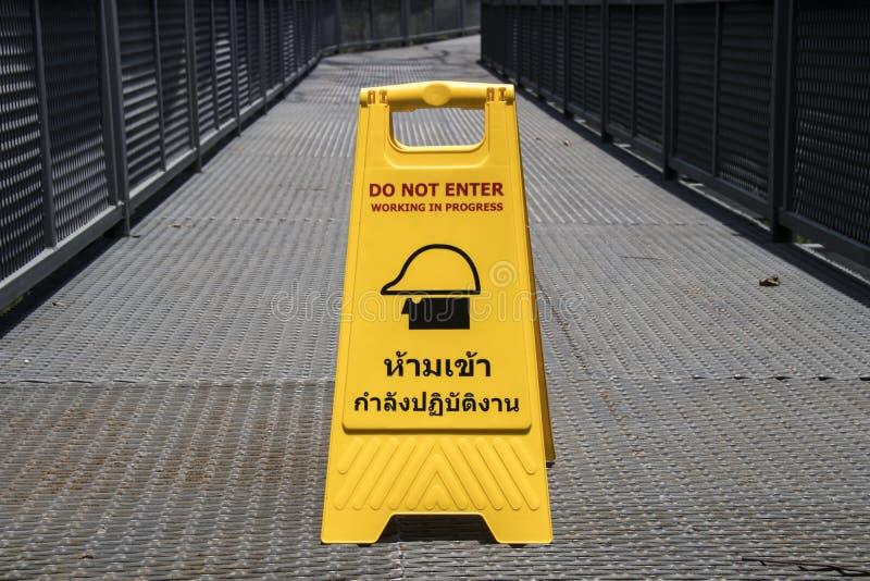 a mostra da placa do sinal não entra (em tailandês e em inglês) em tailandês imagens de stock royalty free