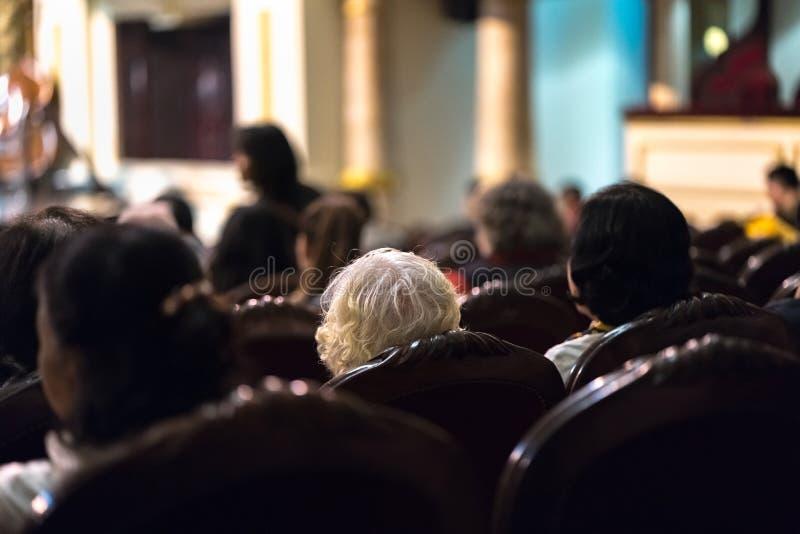 Mostra de observação do concerto da audiência no teatro fotos de stock
