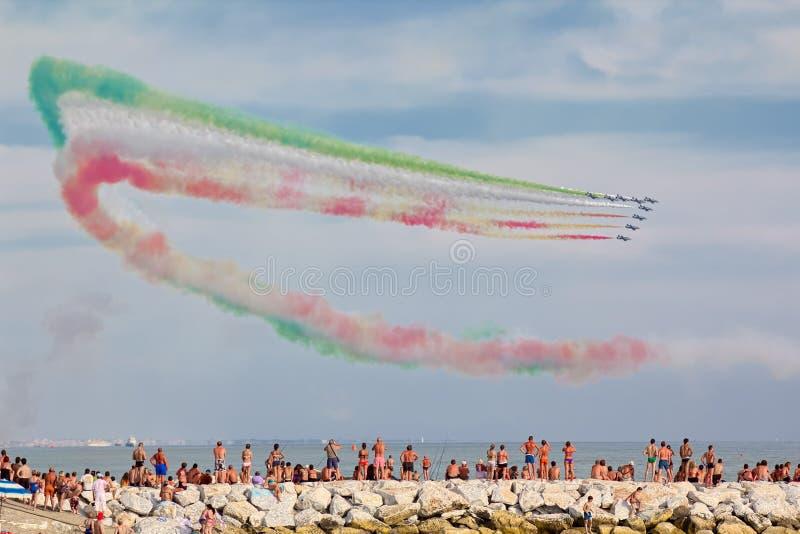 Mostra del gruppo acrobatici italiano Frecce Tricolori in Versilia Marina di Massa immagine stock