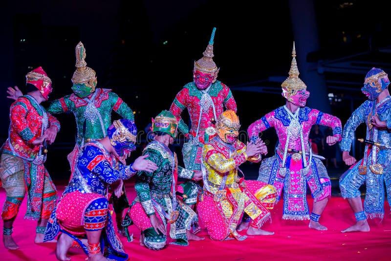 Mostra del pantomimo tailandese Khon allo skywalk di Sathorn Narathiwas fotografia stock libera da diritti