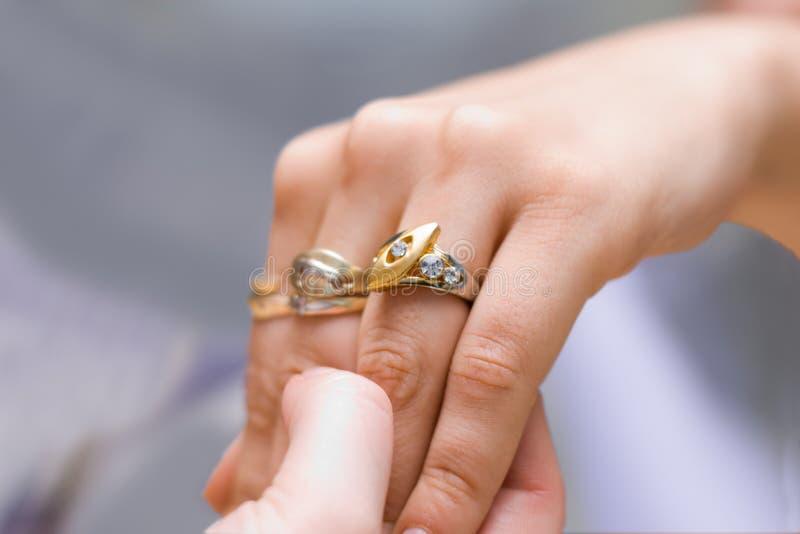 Mostra dell'anello nuovo fotografia stock libera da diritti