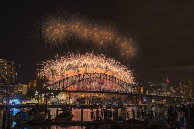 Mostra do ano de Eve New dos fogos-de-artifício de Sydney na ponte do porto do parque Sydney Australia de Clak fotografia de stock royalty free