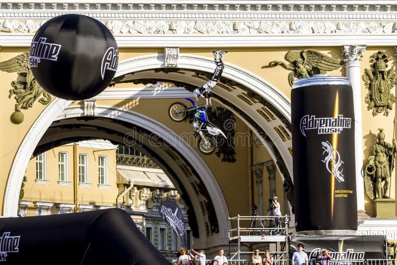 Mostra do estilo livre de Moto dos cavaleiros da precipitação FMX da adrenalina no palácio Squ imagens de stock