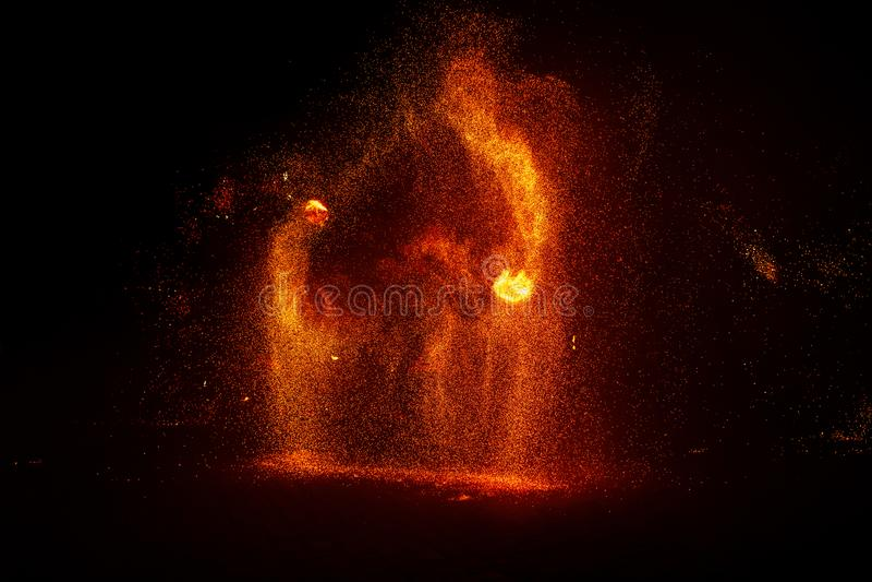 Mostra do fogo, dançando com chama, mestre masculino que manipula com fogos de artifício, desempenho fora imagem de stock royalty free