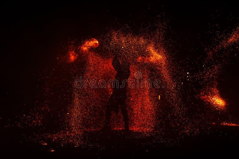 Mostra do fogo, dançando com chama, mestre masculino que manipula com fogos de artifício, desempenho fora foto de stock