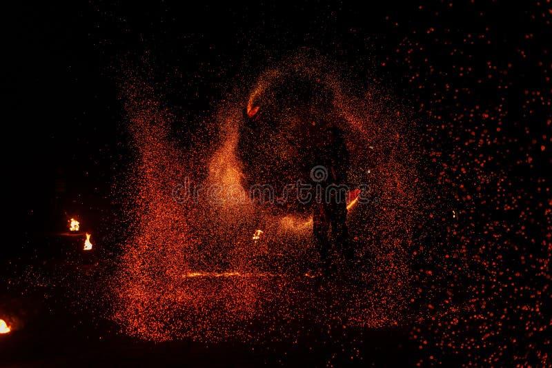 Mostra do fogo, dançando com chama, mestre masculino que manipula com fogos de artifício, desempenho fora imagem de stock
