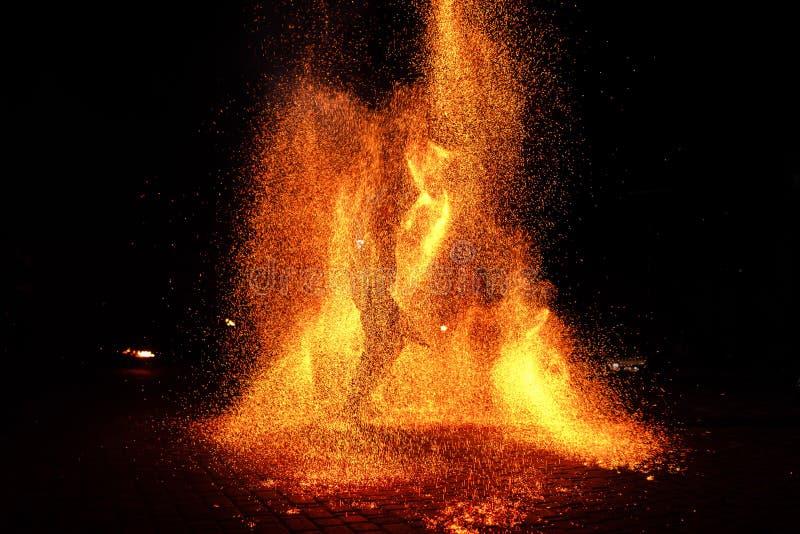 Mostra do fogo, dançando com chama, mestre masculino que manipula com fogos de artifício, desempenho fora fotografia de stock royalty free