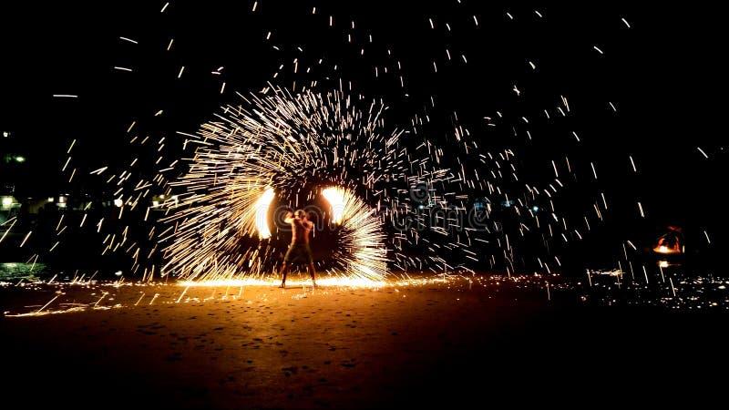 Mostra do fogo na praia branca da areia imagem de stock royalty free
