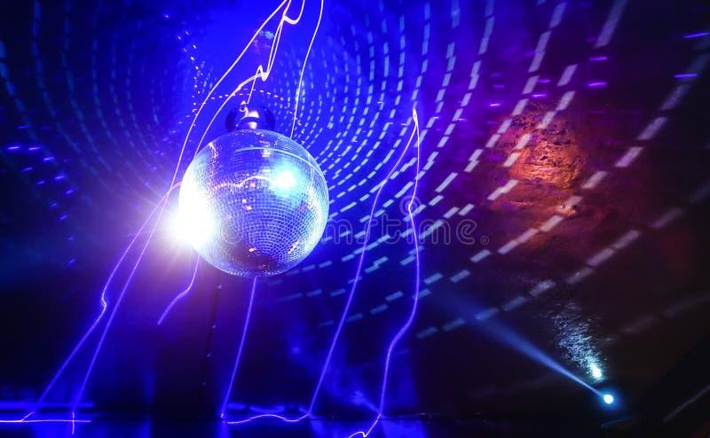Mostra do laser da bola do disco no clube noturno moderno do partido de disco imagens de stock