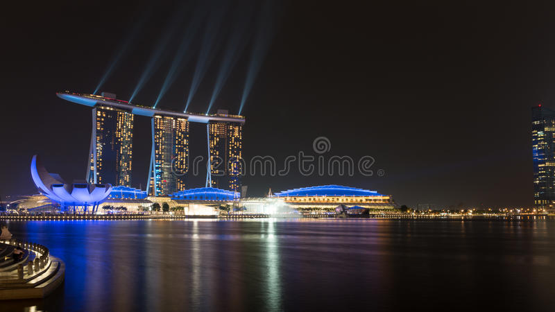 Mostra do laser das areias do louro do porto na noite, Singapore fotografia de stock royalty free