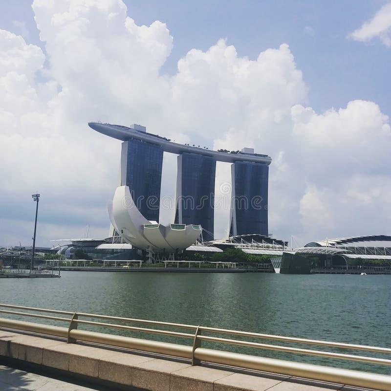Mostra do laser de Singapura Marina Bay Sand e jardim pela baía fotos de stock royalty free