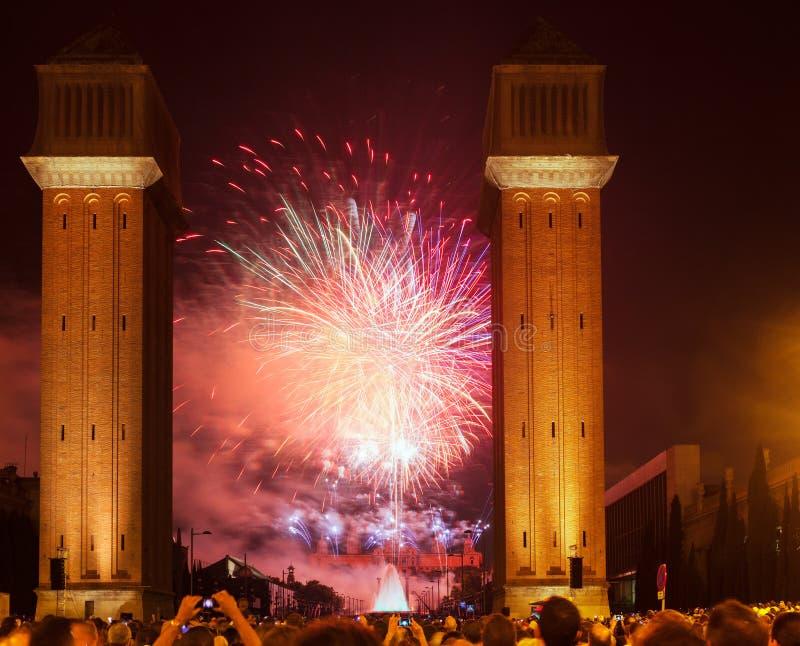 Mostra dos fogos-de-artifício na noite. Barcelona, Catalonia fotos de stock royalty free