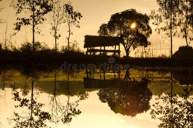 Mostra em silhueta a cabana na associação da exploração agrícola foto de stock