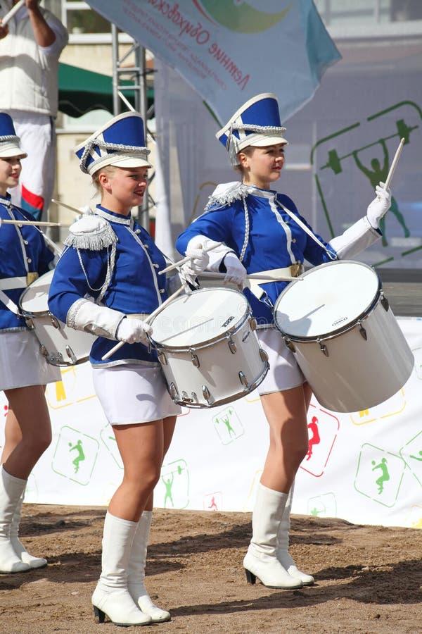 Mostra-grupo de bateristas no uniforme azul 'sexy' dos lanceiros reais foto de stock