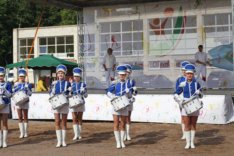 Mostra-grupo de bateristas no uniforme azul 'sexy' dos lanceiros reais fotografia de stock
