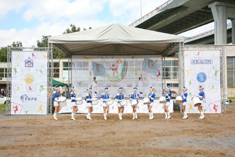 Mostra-grupo de bateristas no uniforme azul 'sexy' dos lanceiros reais imagem de stock royalty free